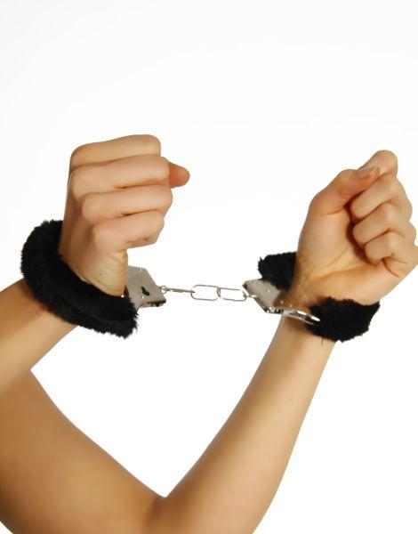 Handschellen mit schwarzen Plüsch