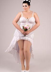 Langes Wetlook-Kleid mit weißer Spitze