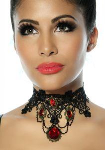 Gothic-Halsband aus Spitze mit roten Schmucksteinen