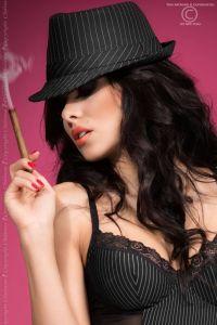 Schwarzer Hut mit weißen Nadelstreifen